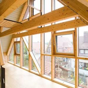 4 - Hohe Handwerkskunst: Filigrane Holzpfosten-Riegelkonstruktion